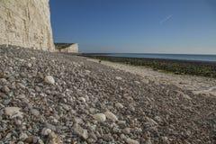 Falaises blanches, cailloux gris et cieux bleus - sept soeurs, East Sussex, Angleterre, R-U ; automne 2018 photographie stock libre de droits