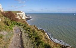 Falaises blanches de Douvres par la mer Photo stock