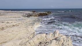 Falaises blanches et mer bleue La mer Méditerranée Côte de la Chypre banque de vidéos