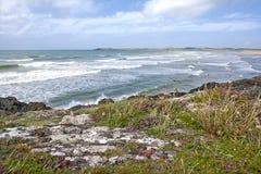 Falaises côtières avec la mer d'Irlande. Photographie stock