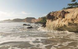 Falaises colorées sur la plage - lever de soleil Photos libres de droits