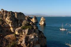 Falaises d'Algarve au Portugal Photo libre de droits