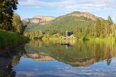 Falaises d'Enderby se reflétant en rivière de Shuswap, Enderby, Colombie-Britannique, Canada Images libres de droits