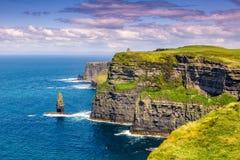 Falaises d'ocea de déplacement de tourisme de nature de mer de voyage de Moher Irlande photos libres de droits