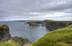 Falaises dans Kilkee, Irlande Photo stock