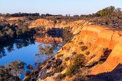 Falaises de érosion de grès au-dessus de Murray River Photo stock