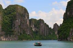 Falaises de compartiment de Halong Photo stock