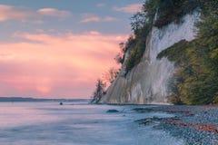 Falaises de craie au lever de soleil sur la mer baltique photo libre de droits
