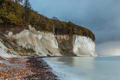 Falaises de craie avec la forêt dans l'humeur d'automne avec la couleur de mer calme et de turquoise image libre de droits