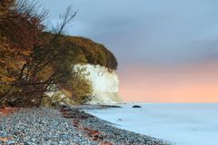 Falaises de craie en automne pour le lever de soleil dans des couleurs d'automne photo stock