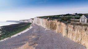 Falaises de craie et Pebble Beach à Birling Gap, le Sussex est photos libres de droits