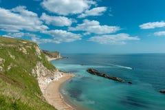 Falaises de Dorset et bord de la mer de plage photos stock