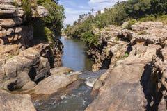 Falaises de lagune de cascade Photographie stock