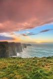 Falaises de Moher au coucher du soleil dans Cie Clare Ireland Images libres de droits