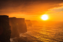 Falaises de Moher au coucher du soleil dans Cie Clare Ireland Europe Photographie stock libre de droits