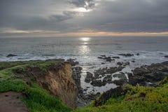 Falaises de plage sur l'océan Image stock