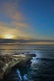 Falaises de plage sur l'océan Photo libre de droits