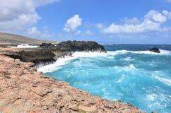 Falaises de roche par la plage d'Andicuri dans Aruba Photos stock