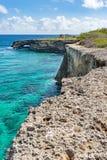 Falaises de Wataluma et voûte - vues du Curaçao photographie stock