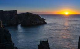 Falaises dramatiques de lever de soleil au câble John Cove Newfoundland Aube au-dessus de l'Océan Atlantique Photo stock