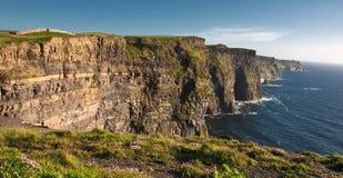 Falaises du moher, saisie de sunet, à l'ouest de l'Irlande Photographie stock libre de droits