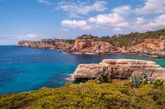 Falaises en mer Méditerranée Photographie stock