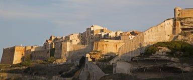 Falaises et citadelle de Bonifacio, île de Corse du sud, France photographie stock libre de droits