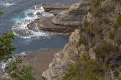 Falaises et mouvement de l'eau chez Eaglehawk, Tasmanie image libre de droits