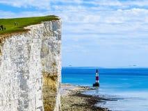 Falaises et phare blancs de cap Bévésiers photo libre de droits
