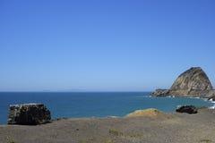 Falaises et roches à la côte d'océan, point Mugu, CA Photographie stock libre de droits