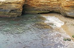 Falaises et une plage Photo stock