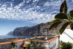 Falaises et village de gigantes de visibilité directe en île du sud Espagne de Ténérife image stock