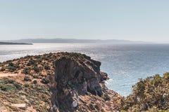 Falaises grecques au-dessus de mer photo stock