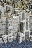 Falaises hexagonales verticales de basalte en dessous de montagne de Reynisfjall en Islande du sud photo stock