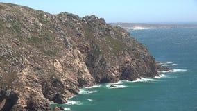 Falaises montagneuses le long d'océan clips vidéos