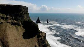 Falaises noires de plage de sable aériennes en Islande banque de vidéos