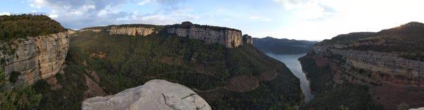 Falaises panoramiques de lac Photo stock