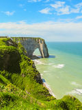 Falaises Porte d'Aval dans Etretat, France Photo stock