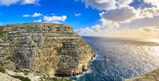 Falaises près de grotte bleue, Malte images stock