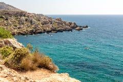 Falaises près de plage de baie de Tuffieha, Malte Photographie stock libre de droits