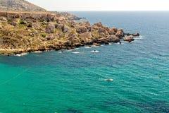 Falaises près de plage de baie de Tuffieha, Malte Photos stock