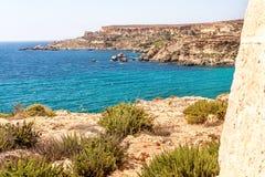 Falaises près de plage de baie de Tuffieha, Malte Images stock