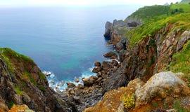 Falaises rocheuses à la baie, San Juan de Gazteluatxe, Espagne image stock
