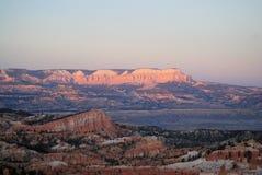 Falaises roses au coucher du soleil le long de la route 12 en Utah Image stock
