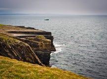 Falaises sous le ciel excessif, tête de boucle, Irlande Image stock