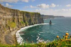 Falaises, tour de château, côte ouest de l'Irlande Images libres de droits