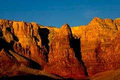 Falaises vermeilles au lever de soleil Image stock