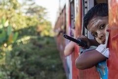 FALAM,缅甸- 2016年2月10日:微笑在的季风季节的开始地方男孩最近打开了 库存图片