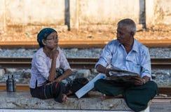 FALAM,缅甸- 2016年2月10日:微笑在的季风季节的开始地方男孩最近打开了 免版税库存照片