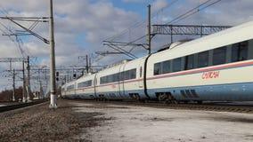 Falcão de peregrino do trem de alta velocidade no movimento Velocidades de Sapsan completamente Trem r?pido Transporte do passage vídeos de arquivo
